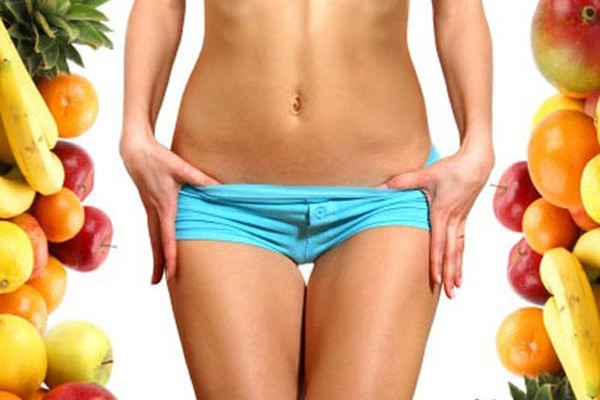 Κοπέλα δείχνει το χαμηλό ποσοστό λίπους στο σώμα της